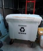 Xe thu gom rác nhựa HPDE 4 bánh xe xe đẩy rác màu trắng 660l